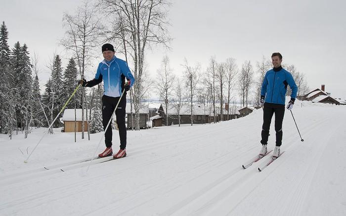 Esben och Joe Erlend testar vallan på sina skidor inför Vasaloppet.