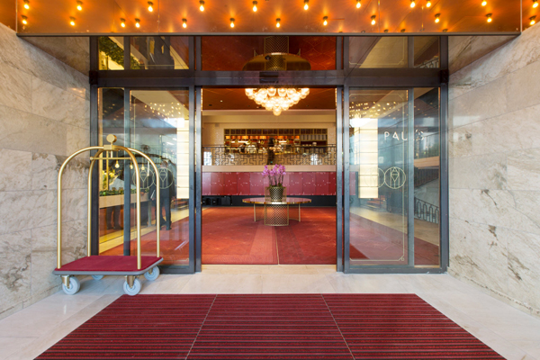 Redan i entrén till Haymarket by Scandic sätts tonen för för vad som väntar.