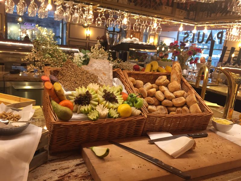 Ett axplock av frukostbuffén på Haymarket by Scandic.