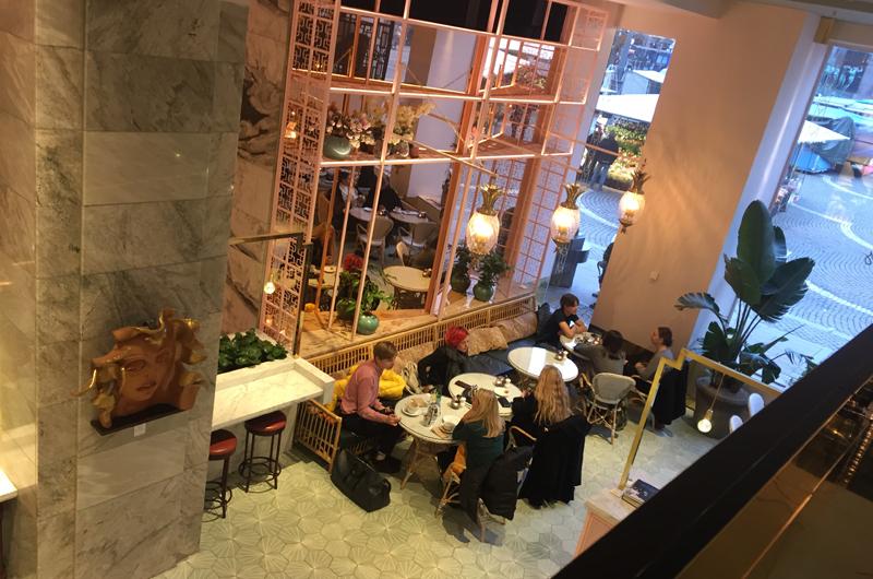 """Gretas café har på kort tid blivit riktigt populärt med sina hälsosamma """"all day breakfast""""-alternativ. Kom som hotellgäst eller bara för ett cafébesök. Och missa för all del inte avokadomackan på rågtoast med ett 65-gradigt ägg och cream cheese."""