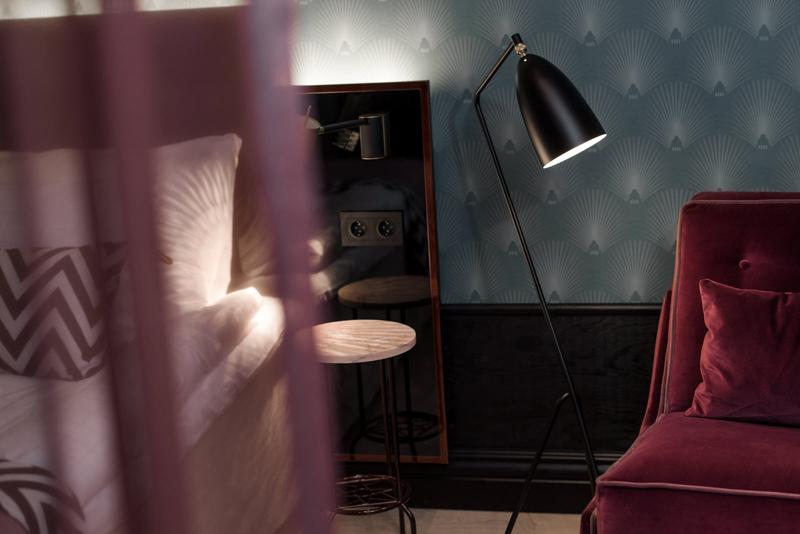 Den speciellt framtagna tapeten där det anrika husets topp kan skönjas pryder alla rum i olika färgsättningar.