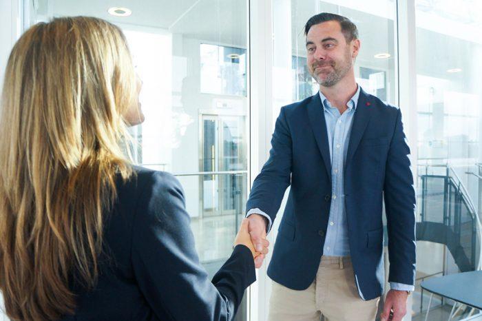 En lyckad förhandling avslutas med ett handslag mellan två nöjda parter.