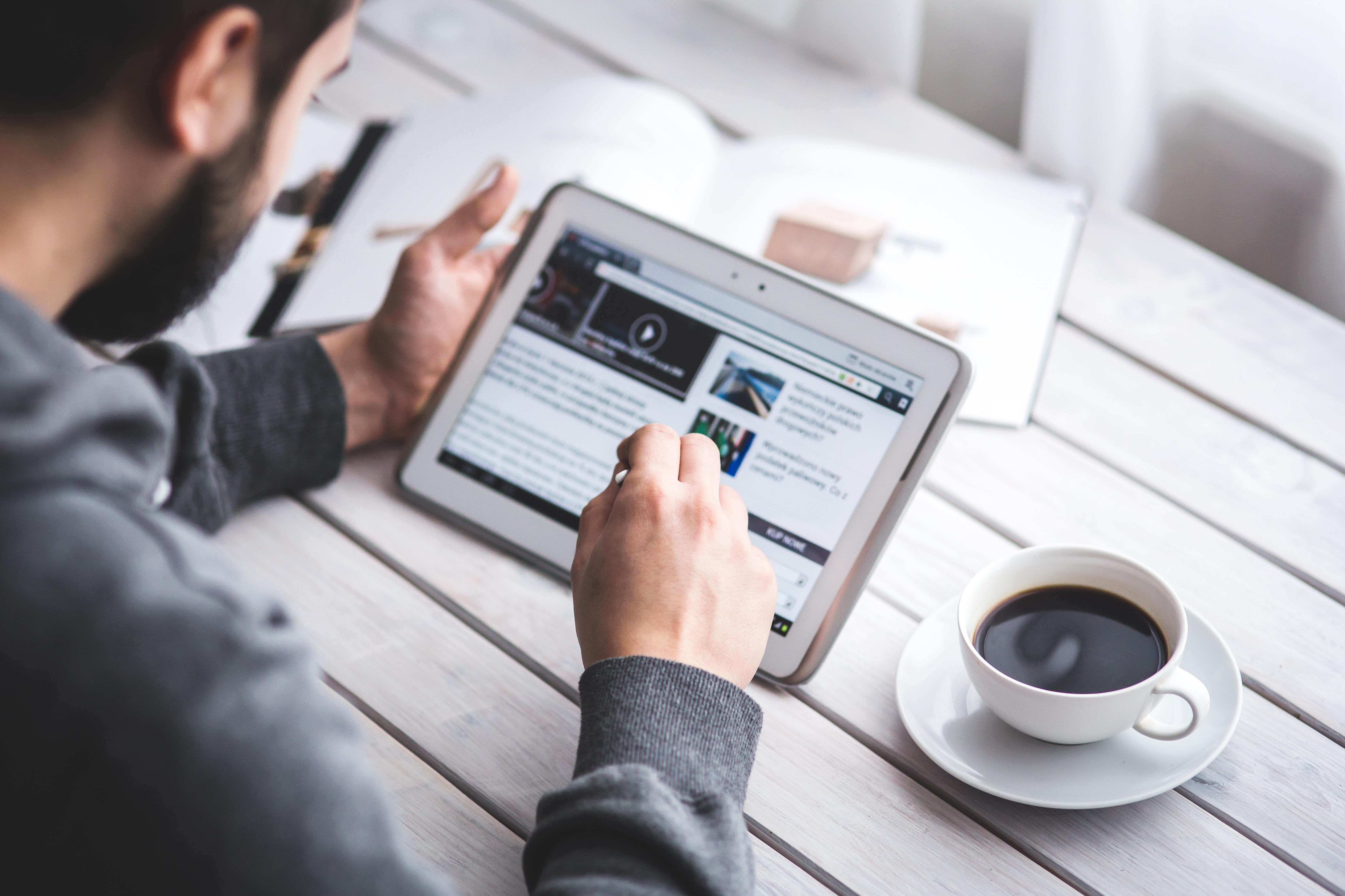 Inspirerande och nyttig läsning för dig som är intresserad av molnbaserade affärssystem för större företag. Bild: Kaboompics / Freepik