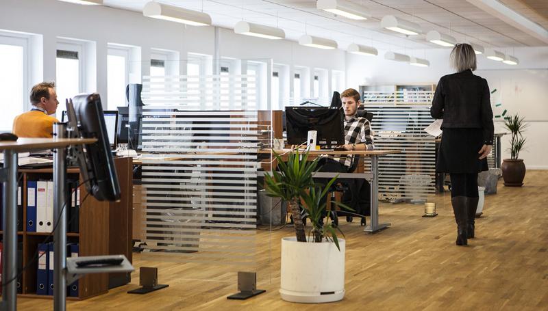 Höj och sänkbara skrivbord är fortfarande något att ha.