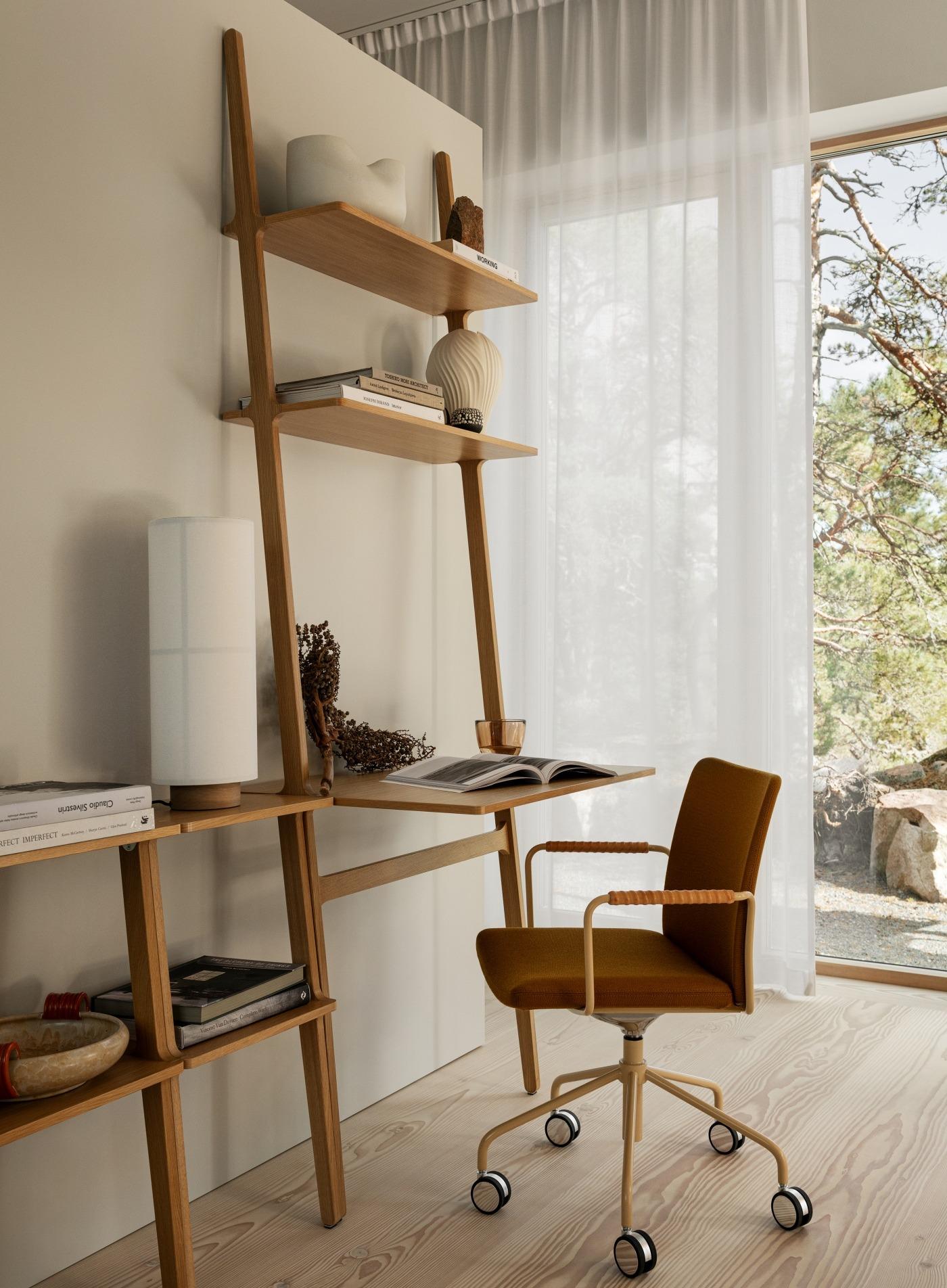 Arbetsplats som del av bokhylla från Swedese.