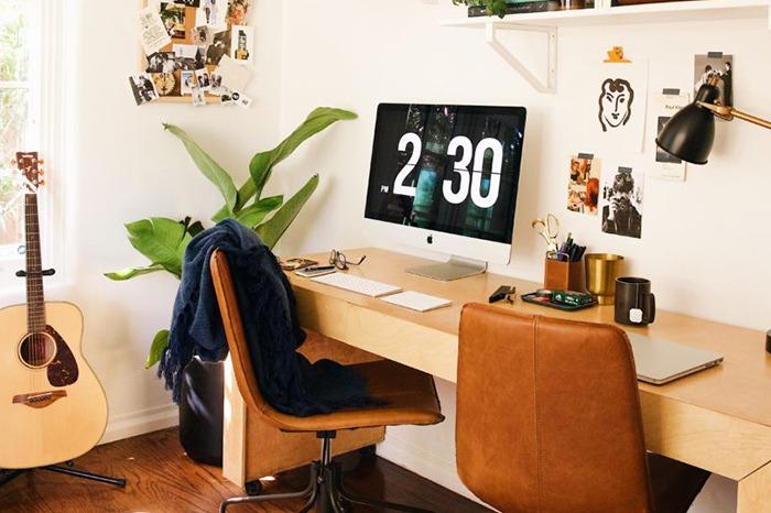 Externt skrivbord och skärm i snyggt hemmakontor.