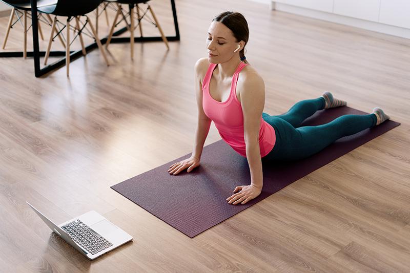 Rör på dig och träna när du jobbar hemma.