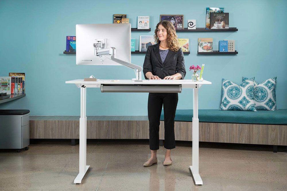 Stå upp och jobba med ett höj- och sänkbart skrivbord.