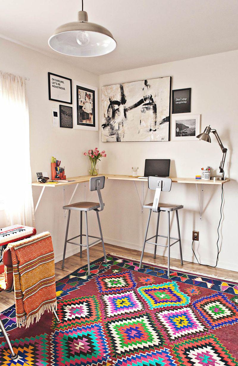Sitt eller stå utan höj- och sänkbart skrivbord.