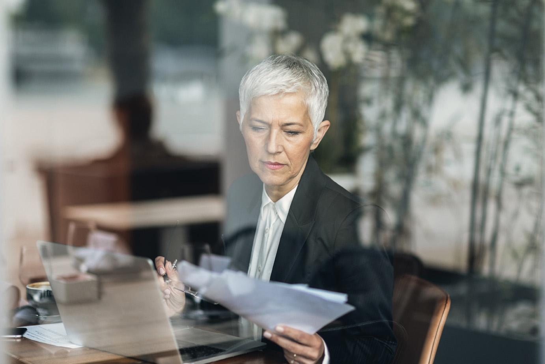 Kvinna ser över avtal